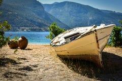 去海滩小船进一步含沙游艇 库存照片