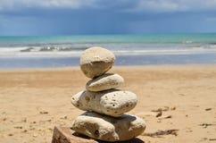 海滩岩石和天空和云彩 库存照片
