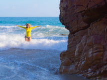 海滩岩石妇女 免版税库存照片
