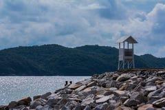 海滩岩石的一点房子 库存图片