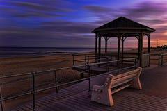 海洋岸和眺望台的日落视图 库存照片