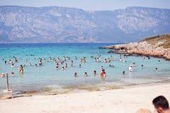 海滩帕特拉,海岛SEDIR,土耳其- 2015年9月16日:放松在帕特拉海滩的未认出的人民爱琴海S的 免版税图库摄影