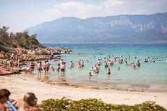 海滩帕特拉,海岛SEDIR,土耳其- 2015年9月16日:放松在帕特拉海滩的未认出的人民爱琴海S的 免版税库存照片