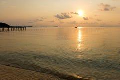 海滩平静的场面在日出期间的在Samet海岛的黎明 免版税库存照片