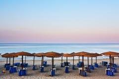 海滩床和伞 免版税库存图片