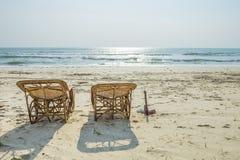 海滩床repared为了客人能晒日光浴 免版税库存照片