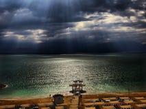 死海离开了海滩 免版税库存照片
