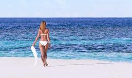 海滩性感的妇女 免版税库存照片