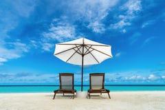 海滩懒人和伞在沙子海滩 其它的,放松,节假日,温泉,手段概念 免版税库存图片