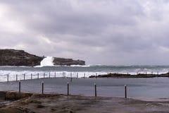 海洋打破冬天风暴的水池波浪 免版税库存照片