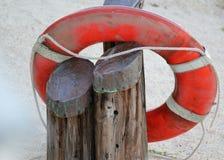 海洋抢救的明亮的橙色救生圈或救生圈救生圈kisby圆环在海滩 免版税库存照片