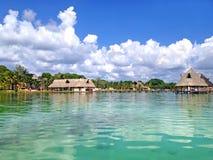 海滩拉古纳Bacalar,墨西哥 免版税库存照片