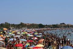 海滩拥挤了 库存照片