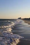 海滩挥动在日落在南卡罗来纳 免版税库存照片