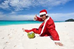 海滩放松的圣诞老人 免版税库存图片