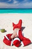 海滩放松的圣诞老人 库存图片
