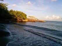 海滩旁边糖装货场废墟 免版税图库摄影