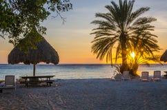 海滩日落在库拉索岛加勒比岛 免版税库存图片