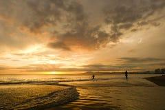 海滩日落女孩 库存照片
