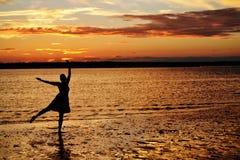 海洋日落舞蹈 免版税库存图片