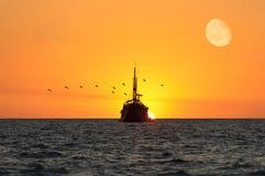 海洋日落船 库存照片