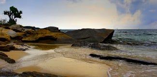海滩是美丽,自然岩石 图库摄影