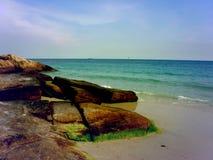 海滩是美丽,自然岩石 免版税库存照片