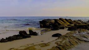 海滩是美丽,自然岩石 免版税库存图片
