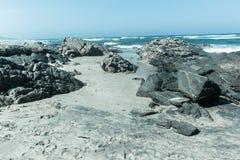 海滩晃动葡萄酒冷的海洋天际 免版税库存图片