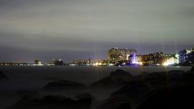 海滩普埃尔托巴利亚塔在夜 库存照片