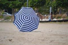 海滩概念节假日伞 免版税图库摄影