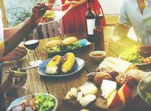 海滩欢呼庆祝友谊夏天乐趣晚餐概念 库存图片