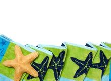 海滩毛巾和海星 库存照片