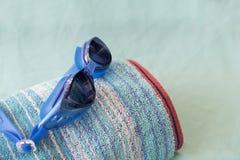 海滩毛巾和游泳风镜 免版税库存照片