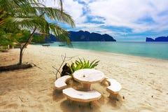海滩阴沉的天空热带下面 免版税库存照片