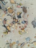 海滩沙子和小卵石纹理 图库摄影