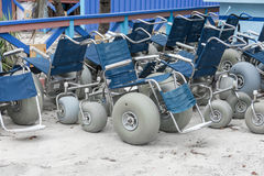 海滩沙子轮椅 免版税图库摄影