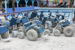 海滩沙子轮椅 免版税库存照片