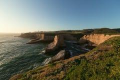 海洋沿海岩石与被弄脏的波浪的晚上 免版税图库摄影