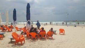 海滩沿海岸区餐馆塑料椅子 库存照片