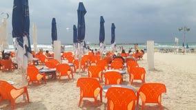 海滩沿海岸区餐馆塑料椅子 库存图片