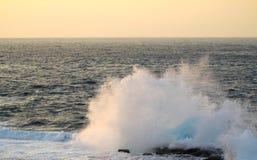 海洋浪花日落海角Zampa,冲绳岛日本 库存照片