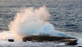 海洋浪花日落海角Zampa,冲绳岛日本 图库摄影