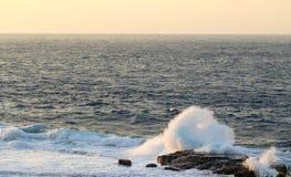 海洋浪花日落海角Zampa,冲绳岛日本 免版税库存照片
