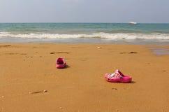 海滩海和儿童` s拖鞋 图库摄影