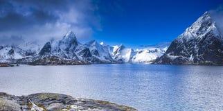 海滨海岸线的一个小村庄在挪威 免版税库存图片