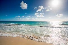 海滩海景 使细致的沙子绿松石水白色靠岸 免版税图库摄影