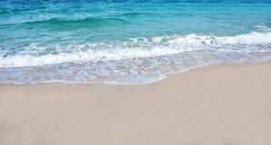 海滩海波浪在泰国 免版税库存图片