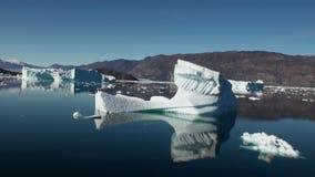 海洋海镜子表面上的浮动冰山  影视素材