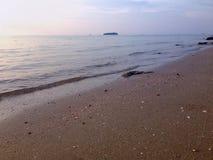 海滩海水在晚上 库存图片